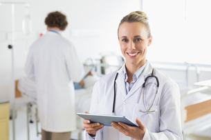 Female doctor using digital tabletの写真素材 [FYI00000540]
