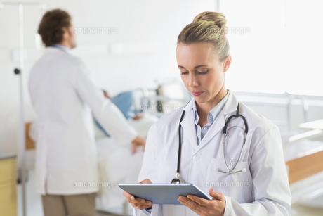 Doctor using digital tabletの写真素材 [FYI00000542]