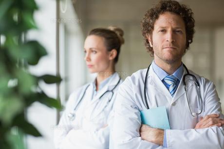 Confident male doctorの写真素材 [FYI00000544]