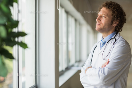Thoughtful male doctorの写真素材 [FYI00000551]
