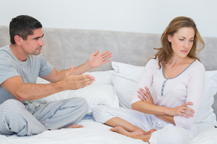 Couple fighting in bedroomの素材 [FYI00000559]