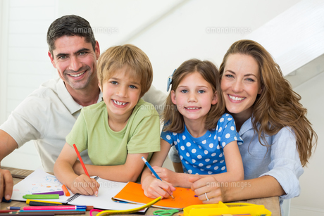 Parents with children drawing at homeの写真素材 [FYI00000562]