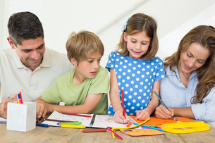 Family coloring at homeの写真素材 [FYI00000563]