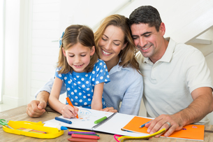 Parents looking at girl coloringの写真素材 [FYI00000564]