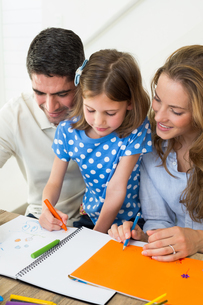 Parents and daughter coloringの写真素材 [FYI00000565]