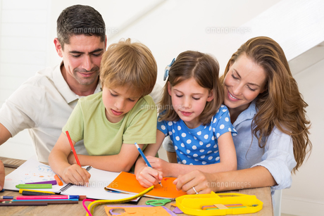 Family coloring together at homeの写真素材 [FYI00000568]