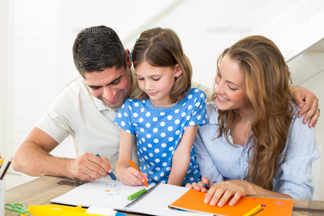 Family coloring at homeの写真素材 [FYI00000569]