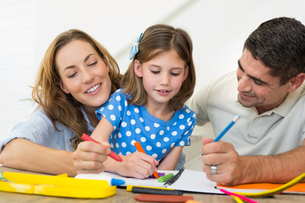 Family coloring togetherの写真素材 [FYI00000570]