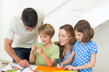 Happy family coloring at homeの写真素材 [FYI00000572]