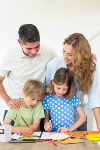Parents looking at children coloringの写真素材 [FYI00000574]
