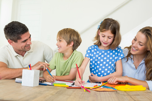 Family coloring at homeの素材 [FYI00000577]