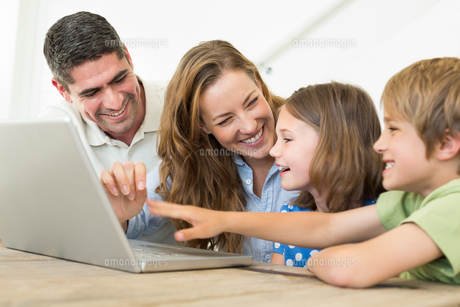 Cheerful family using laptopの写真素材 [FYI00000578]