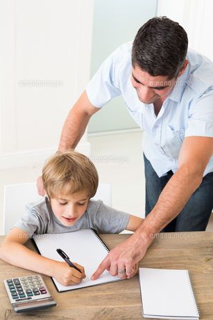 Father assisting boy in solving mathsの素材 [FYI00000588]