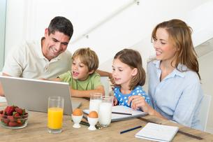 Family using laptop while having breakfastの素材 [FYI00000591]