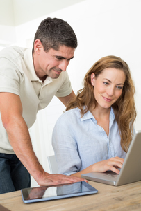 Couple using laptop at tableの写真素材 [FYI00000593]