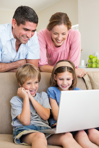 Parents watching children using laptopの写真素材 [FYI00000596]