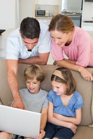 Parents teaching children to use laptopの写真素材 [FYI00000597]