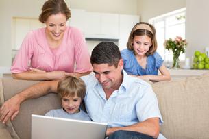 Family using laptopの写真素材 [FYI00000601]