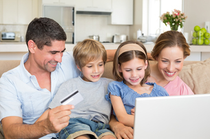 Family shopping onlineの写真素材 [FYI00000607]