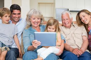 Multigeneration family using digital tabletの写真素材 [FYI00000608]