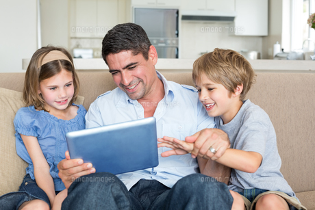 Father and children using digital tabletの写真素材 [FYI00000609]