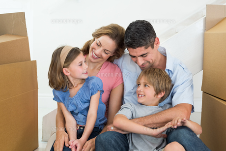 Happy family sitting in new houseの写真素材 [FYI00000614]