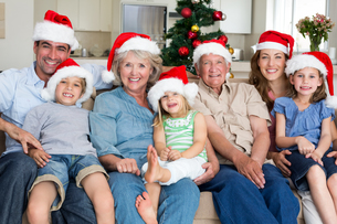 Family in Santa hats celebrating Christmasの写真素材 [FYI00000615]