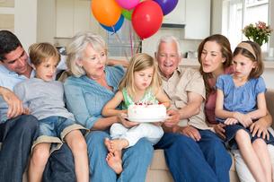 Family celebrating girls birthdayの写真素材 [FYI00000616]