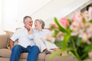 Loving senior couple on sofaの写真素材 [FYI00000637]