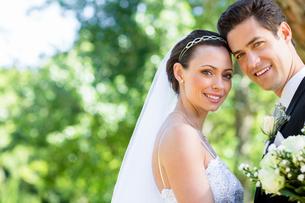 Loving bride and groom in gardenの写真素材 [FYI00000664]