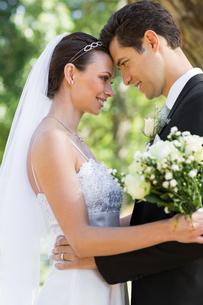 Side view of loving bride and groom in gardenの写真素材 [FYI00000673]