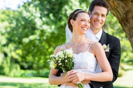 Groom and bride standing in gardenの素材 [FYI00000674]