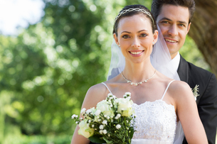 Smiling bride and groom in gardenの写真素材 [FYI00000675]