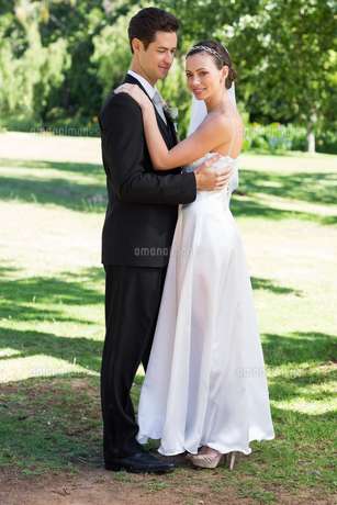 Young newly wed couple embracing in gardenの写真素材 [FYI00000676]