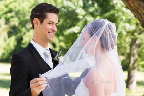 Groom unveiling his bride in gardenの素材 [FYI00000685]
