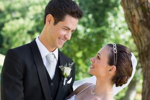 Bride and groom looking at each other in gardenの写真素材 [FYI00000686]
