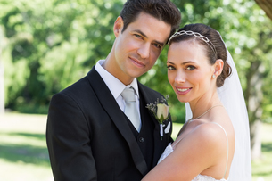 Newly wed couple smiling together in gardenの写真素材 [FYI00000687]