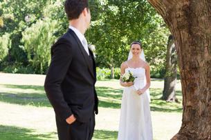 Bride looking at groom in gardenの写真素材 [FYI00000697]