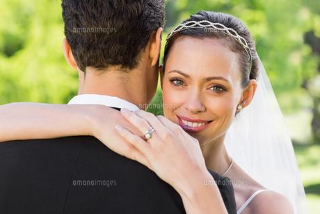 Beautiful bride embracing groom in gardenの素材 [FYI00000701]