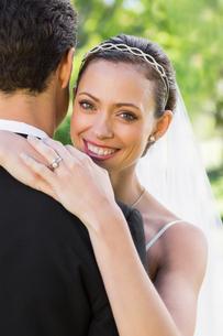 Happy bride embracing groom in gardenの写真素材 [FYI00000705]