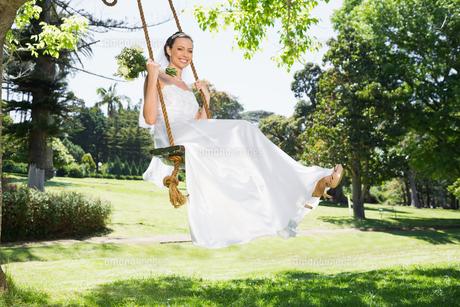 Young bride swinging in gardenの素材 [FYI00000718]
