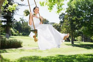 Young bride swinging in gardenの写真素材 [FYI00000718]