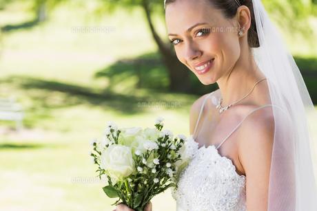 Closeup of bride with bouquet in gardenの写真素材 [FYI00000728]