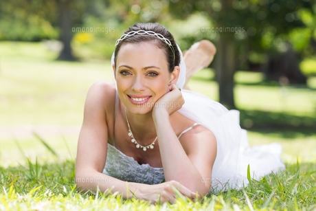 Attractive bride relaxing on grassの写真素材 [FYI00000731]