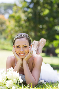 Bride relaxing on grass in the parkの写真素材 [FYI00000733]