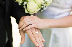 Bride and groom showing wedding ringsの写真素材 [FYI00000744]