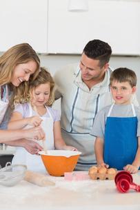 Parents assisting children in baking cookiesの写真素材 [FYI00000753]