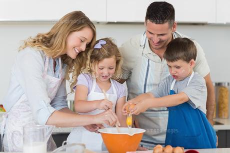 Family mixing egg to bake cookiesの素材 [FYI00000755]