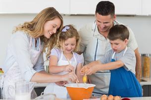 Family mixing egg to bake cookiesの写真素材 [FYI00000755]