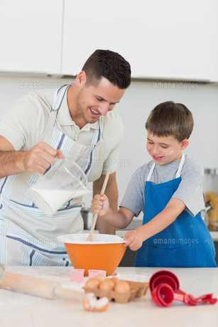 Father baking cookies with sonの素材 [FYI00000756]